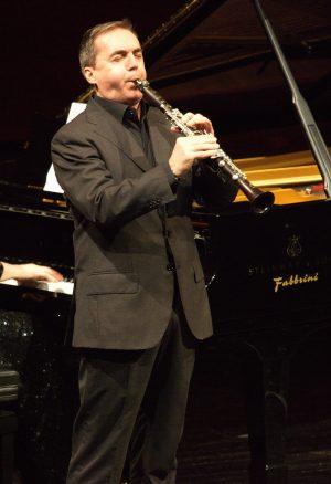 CAMERISTI DELLA SCALA  Direttore ERNEST HOETZL   CARL STAMITZ  CONCERTO IN SI BEM. MAGG.  per due clarinetti e orchestra  Allegro Andante Moderato Allegro  FABRIZIO MELONI, DARKO BRLEK, clarinetti  ENNIO MORRICONE  NOTTURNO PASSACAGLIA  per clarinetto, flauto, oboe, pianoforte e archi  Dedicato dall'autore a Massimo Mercelli e Darko Brlek in occasione del 60° della European Festival Association  DARKO BRLEK, clarinetto  MASSIMO MERCELLI, flauto  SERGEJ PROKOF'EV  PIERINO E IL LUPO  Con la partecipazione di AUGUSTA GORI  Disegni di LAURA BELLINI   Partner         Impaginazione e stampa PINELLI PRINTING srl Imparare ad ascoltare   Grande, piccola, da camera, sinfonica… Le dimensioni di un'orchestra variano per adattarsi ai repertori e ai luoghi in cui la musica è eseguita. Ma c'è qualcosa di stabile che colpisce anche l'ascoltatore più distratto: il gruppo degli archi è in assoluto il più nutrito. Tale asimmetria cominciò a delinearsi intorno alla metà del Settecento e a dargli impulso fu l'orchestra più ammirata del secolo, quella di Mannheim. Essa era molto numerosa, essendo costituita da una cinquantina di elementi (alla corte viennese, ad esempio, ve n'e-rano appena trenta), e includeva, cosa insolita, ben tre clarinetti, strumenti di recentissima invenzione. Que-sto ensemble eccezionale ebbe un ruolo di primo piano nel rinnovamento del gusto e delle forme musicali,  accompagnando la transizione dal Barocco al Classicismo.  Presso tale orchestra si formò come violinista e compositore Carl Stamitz. Nel 1770 il musicista decise di in-traprendere la carriera del libero professionista, affrancandosi dalla corte e raggiungendo Parigi. Qui incon-trò il virtuoso del clarinetto Johann Joseph Beer, suo collega a Mannheim, con il quale iniziò una collabora-zione feconda. Fra le prime composizioni che Stamitz dedicò all'amico c'è il Concerto per due clarinetti in Si bemolle maggiore, nato per stupire il pubblico parigino dei Concerts Spirituels con una proposta inedita. Purt